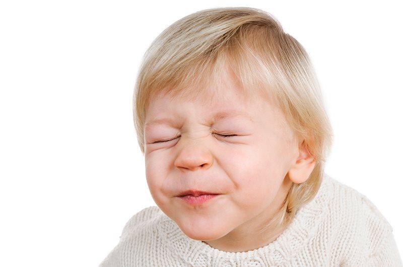 Trẻ rối loạn tic được điều trị bằng liệu pháp đảo ngược hành vi